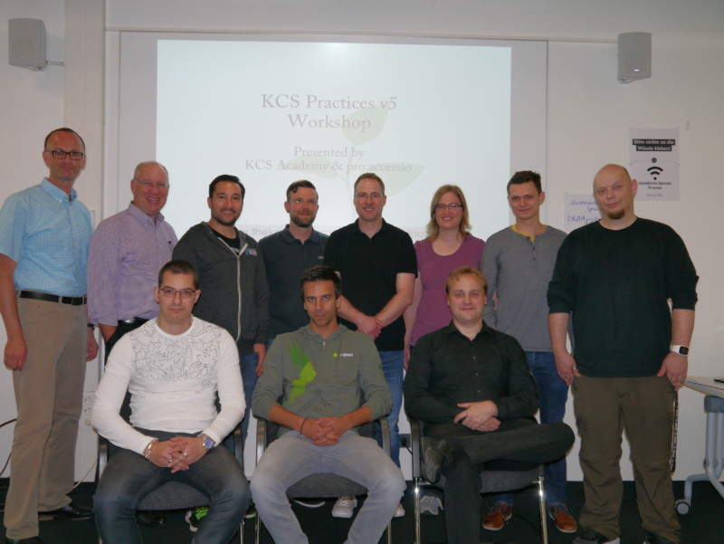 Erfolgreiche Teilnehmer des ersten KCS-Workshops in Stuttgart (hintere Reihe: Kai Altenfelder, Certified KCS Trainer; Greg Oxton, Executive Director, Consortium for Service Innovation)